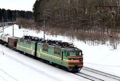 有无盖货车活动乘驾的内燃机车由铁路在冬天 免版税库存照片