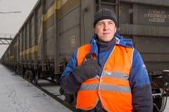 有无盖货车的铁路工作者在背景 免版税库存图片