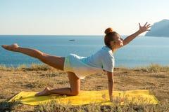 有无线耳机的瑜伽女孩 免版税库存图片