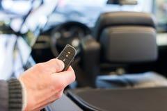有无线钥匙的手开放汽车 库存照片