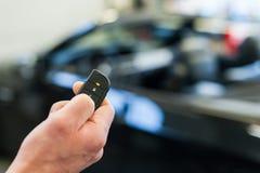 有无线钥匙的手接近的汽车 库存照片