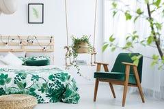 有无头甘蓝绿色扶手椅子的卧室 库存照片