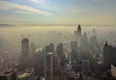 有日出和早晨薄雾的南京市 免版税库存图片