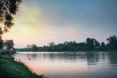 有日出场面的平静的河连接到湖在宋卡泰国 免版税库存照片
