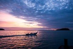 有日出的小船 免版税库存图片