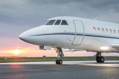 有日出的私人企业喷气机 免版税库存图片