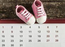 有日历的小的童鞋 免版税库存图片