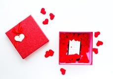 有日历的智能手机在华伦泰` s在礼物盒的白天约会 免版税库存照片