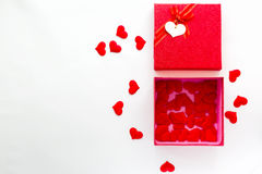 有日历的智能手机在华伦泰` s在礼物盒的白天约会 免版税库存图片