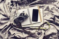 有日志、老牌照片照相机和b的空白的智能手机屏幕 免版税库存照片