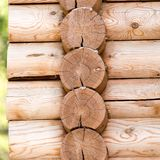 有日志的木墙壁 库存图片