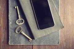 有日志的空白的黑手机屏幕和在w的葡萄酒钥匙 库存照片