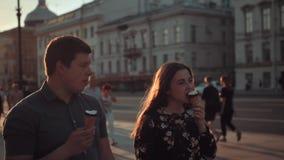 有日期和吃冰淇凌的愉快的夫妇在都市区 股票视频