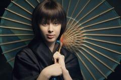 有日本伞的美丽的女孩 图库摄影