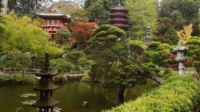 有日本池塘的塔和庭院和雕塑 免版税库存图片