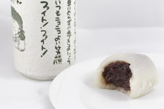 有日本茶杯的被咬住的白色墨池 免版税库存照片