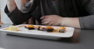有日本食物人民盘的板材在餐馆吃 影视素材