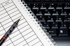 有日程表和笔的笔记本 免版税库存照片