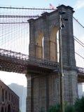 有日落光的布鲁克林大桥 免版税图库摄影