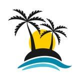 有日落和海商标传染媒介设计的热带海岛 免版税库存图片