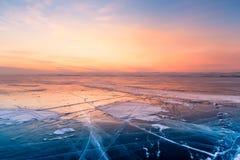 有日落天空的冻冬天季节水湖 库存照片