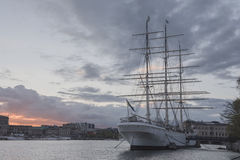 有日落天空的历史船 免版税库存图片