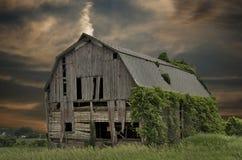 有日落天空的被放弃的谷仓 免版税库存照片