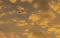 有日落天空的飞机在香港 库存图片