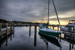 有日落天际的靠码头的风船 免版税库存照片