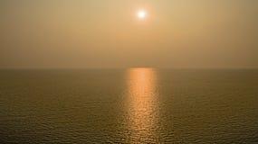 有日落暮色天空的美妙的黑暗的银色海在晚上时间 风景片刻 库存图片
