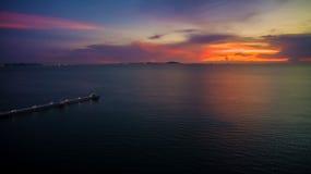 有日落暮色天空的美妙的黑暗的银色海在晚上时间 库存图片