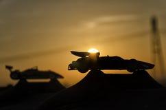 有日落的两辆历史的汽车在背景中 免版税库存照片