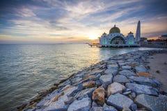 有日落的伊斯兰教的浮动清真寺 免版税库存照片