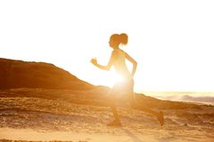 有日落的母赛跑者 库存图片