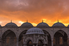 有日落的蓝色清真寺在伊斯坦布尔 2016年5月 免版税库存照片