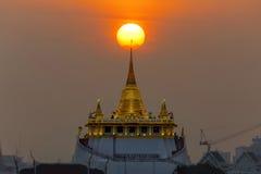 有日落的金黄Moutain寺庙 免版税库存图片