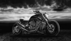 有日落的黑摩托车 免版税库存图片