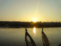 有日落Chitwan国家公园的尼泊尔小船 图库摄影