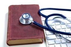 有旧书和膝上型计算机的医疗听诊器在a 免版税库存图片