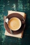 有旧书的咖啡杯在小野鸭土气桌,舒适早餐,葡萄酒样式上,上面 图库摄影
