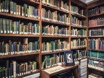 有旧书的图书馆 免版税库存照片