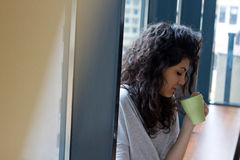 有早晨咖啡杯的妇女 免版税库存图片