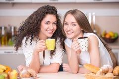 有早晨茶的愉快的妇女 库存照片