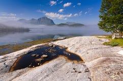 有早晨雾的挪威海海湾 免版税库存照片