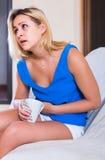 有早期限怀孕的妇女有痛苦在腹部 免版税库存图片