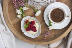 有早餐和芬芳咖啡的一个木盘子 莓莓果和花 蓝色颜色紫红色绿色淡黄色 言情 古色古香的企业咖啡合同杯子塑造了新鲜的早晨好老笔场面打字机 地方为 库存照片