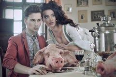 有早餐的夫妇年轻人 免版税图库摄影
