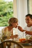 有早餐的夫妇年轻人 免版税库存照片