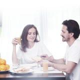 有早餐的夫妇 图库摄影