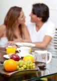有早餐的夫妇 免版税图库摄影